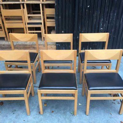 blank massief houten stoelen