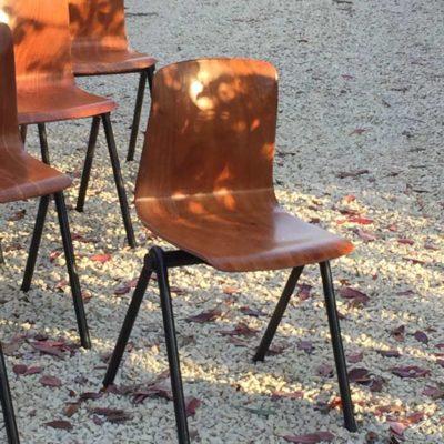 bruine-pagholz-industriele-schoolstoelen-thur-op-seat_GoodStuffFactory