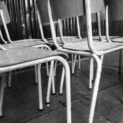 beige vintage kantine stoelen brocante stapelstoel GoodStuffFactory